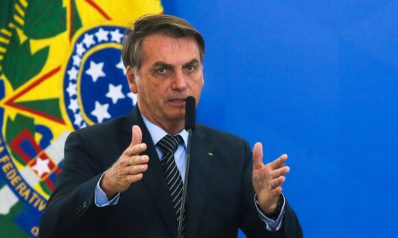 Auxílio emergencial será de R$ 300 até final do ano, anuncia Bolsonaro